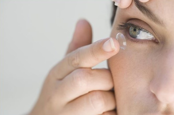 Правильно одеваем контактные линзы