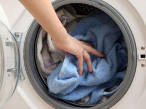 Погрузка вещей в стиральную машину