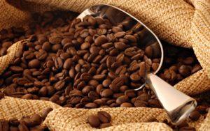 Кофейные зерна в мешке