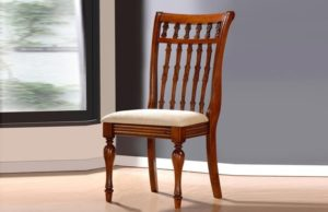 Деревянный стул.