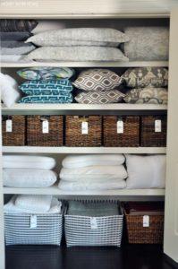 Как хранить постельное в шкафу