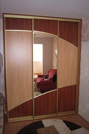 Как прикрепить зеркало к дверце шкафа.
