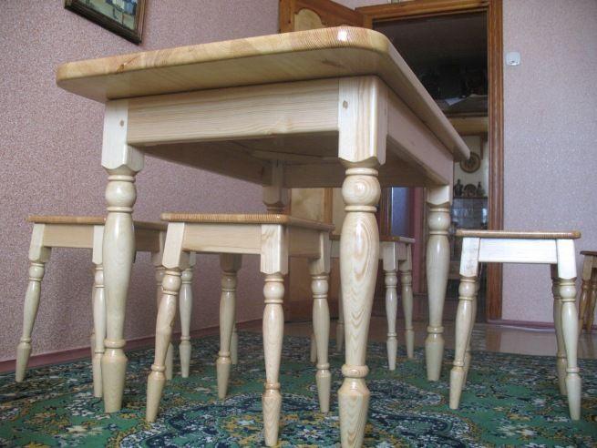 Стол с самодельными ножками.