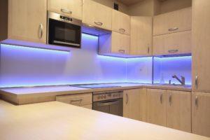 Светодиодная лента на кухне под шкафами.