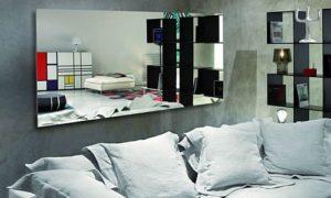 Можно ли вешать зеркало напротив кровати.