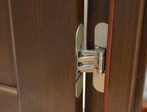 Регулировка петель на дверцах шкафа.