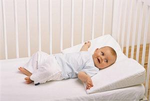 наклонная подушка для новорожденных