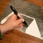 Вырезаем фольгу при помощи шаблона.