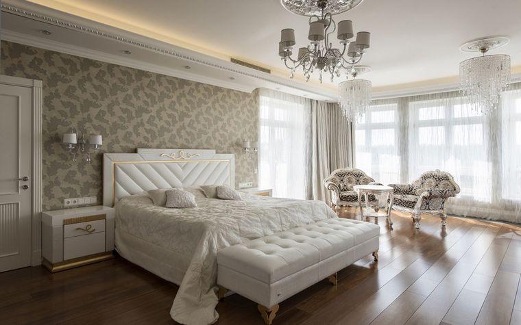 Белая спальня в классическом стиле.