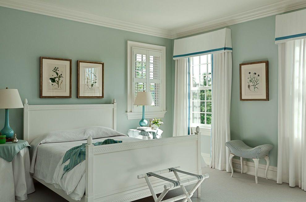 Спальня с белой кроватью.