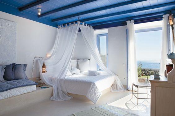 Белая кровать в в средиземноморском интерьере.