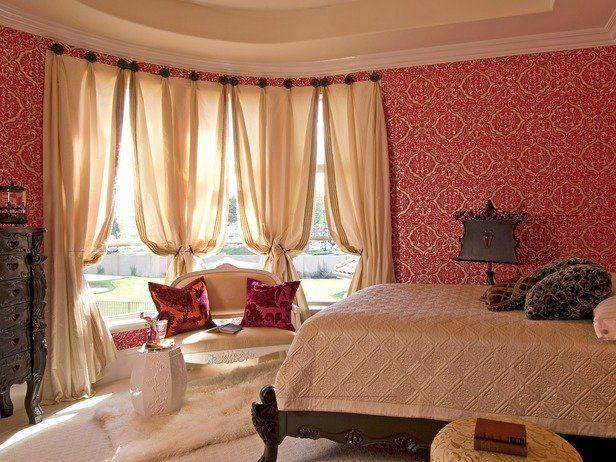 Бордово-бежевая спальня.