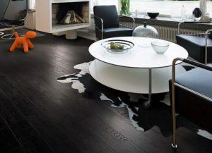 Чёрный ламинат в гостиной