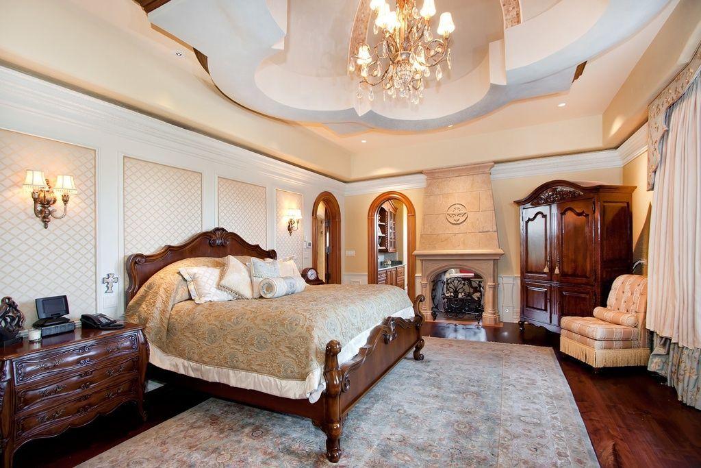 Цвет стен в классическом интерьере спальни.