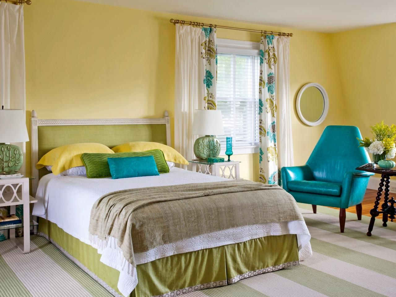 Декор жёлтой спальни.