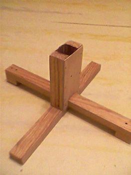 Деревянная крестовина под ёлку.