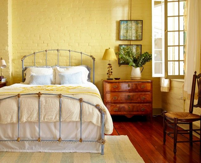 Дизайн спальни с кованной кроватью