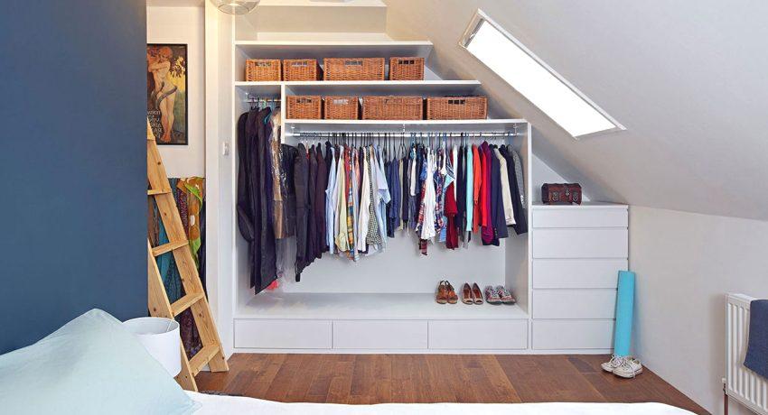 Интерьер спальни с линейной гардеробной