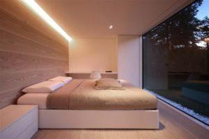 Стол с вместительными ящиками в спальне