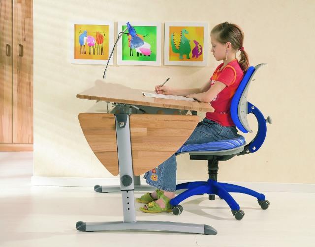 Как правильно сидеть за столом при письме
