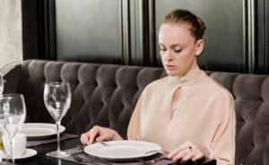 Как правильно сидеть за столом во время еды