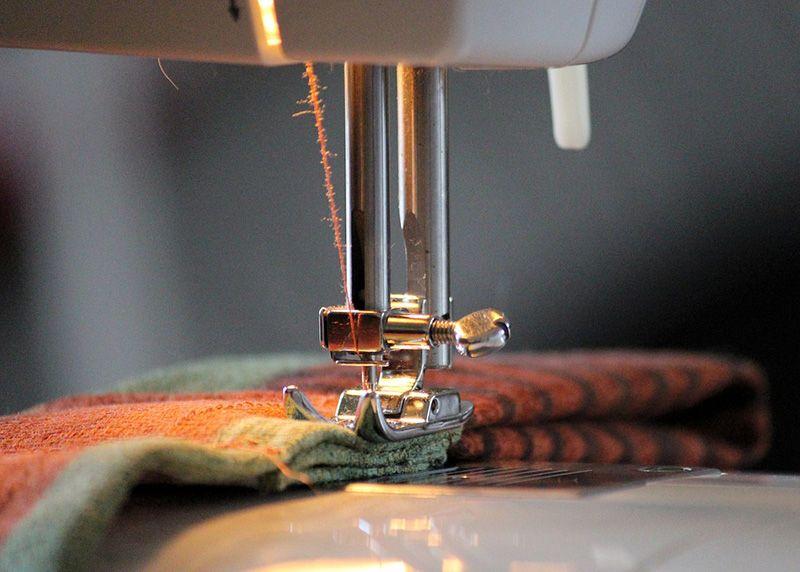 Проверка качества установки иглы в швейную машинку.