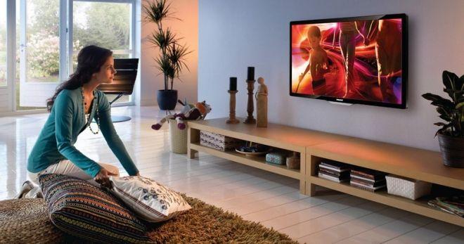 Телевизор можно повесить на стену.