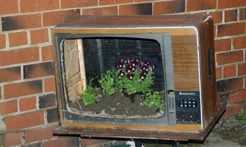 Клумба для цветов из старого телевизора.