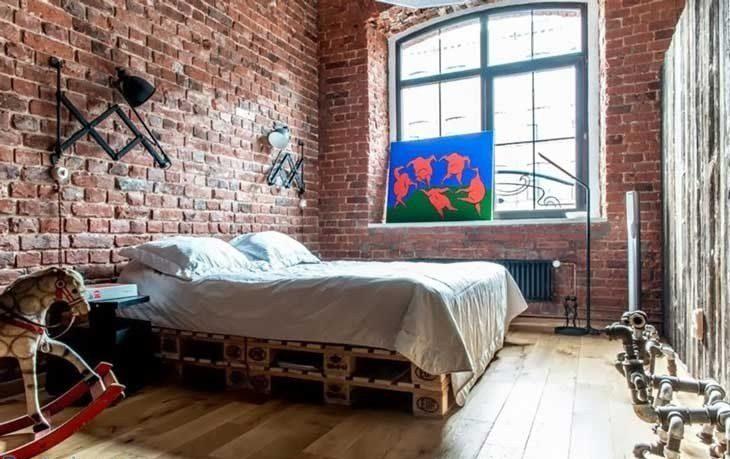 Кровать в интерьере лофт.