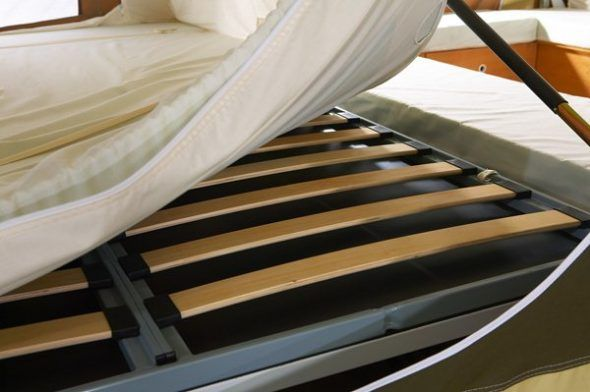 Ламели в двухспальной кровати.
