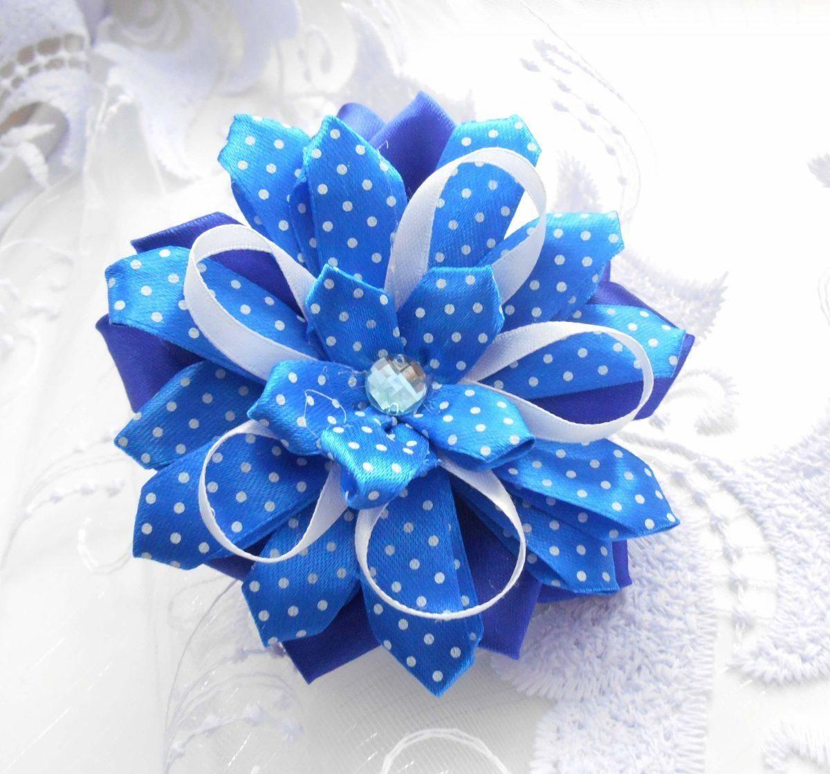 Новогодние бантики из лент в виде цветка.