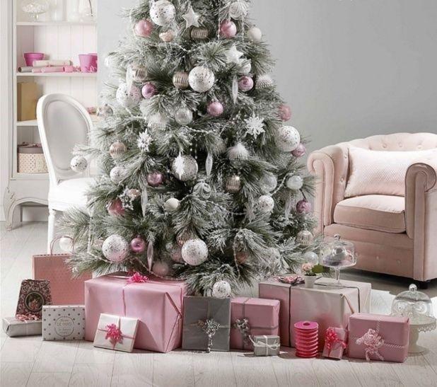 Новогодняя ель в бело-розовом декоре и интерьере.