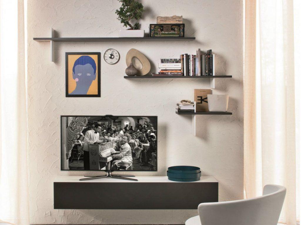 Полки над телевизором в гостиной