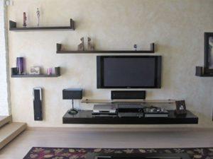 полки над ТВ в гостиной