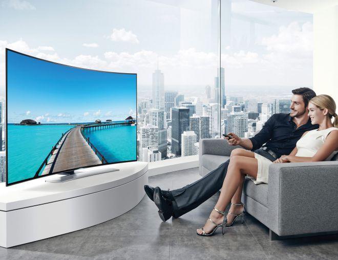 Просмотр телевизора с изогнутым экраном.