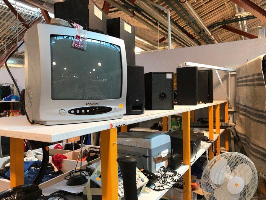 Сдать старый телевизор за деньги в комиссионный магазин.
