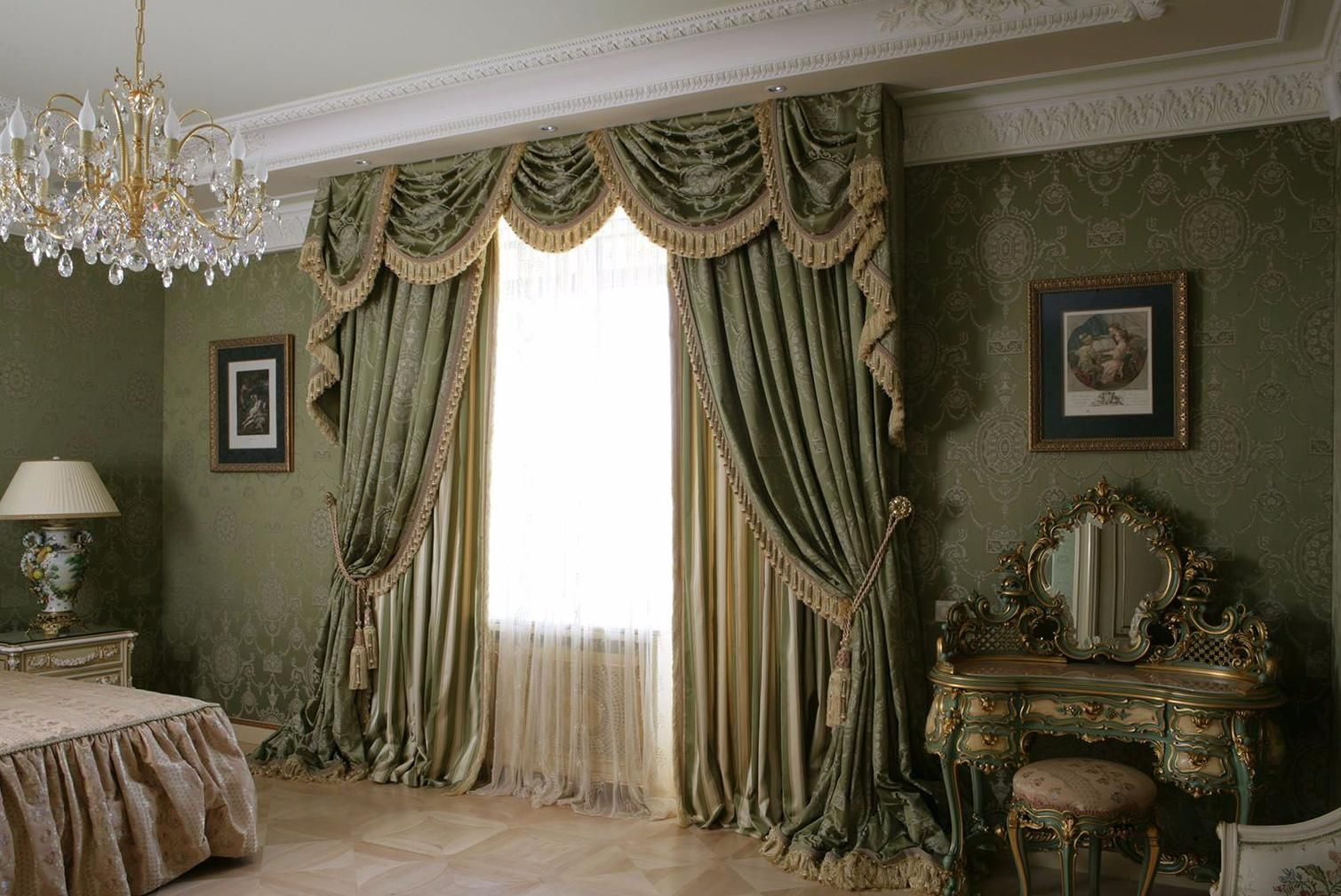Шторы в классической спальне.