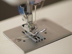 как вставить нитку в швейную машинку