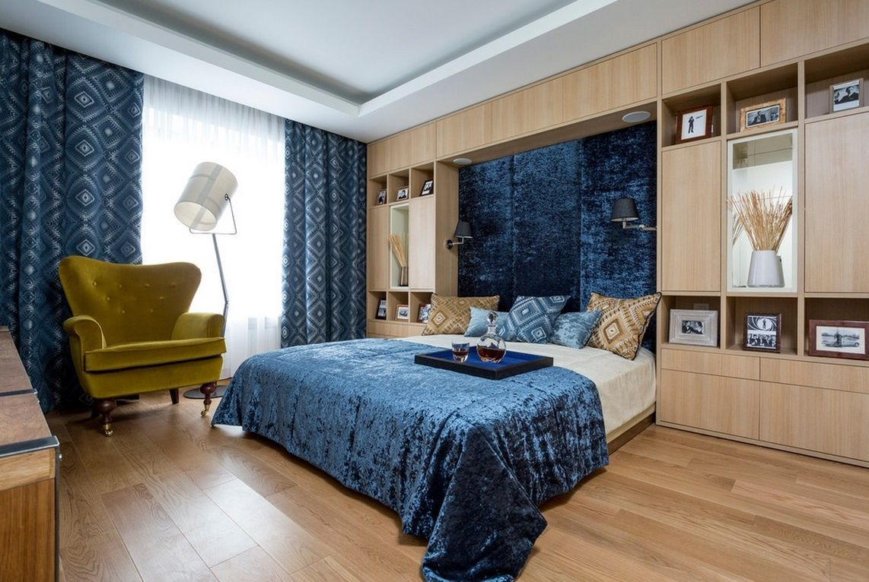 Вариант синих штор в спальню.