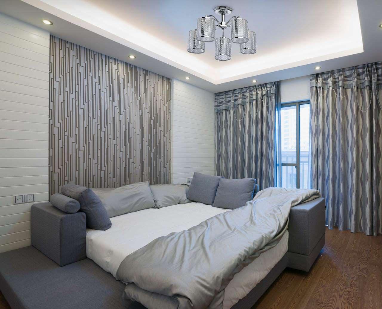 Вариант декорирования окон в серой спальне.