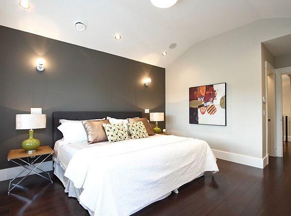 Спальня с одной контрастной стеной.