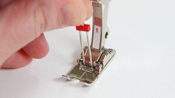 Установка двойной иглы в швейной машине.