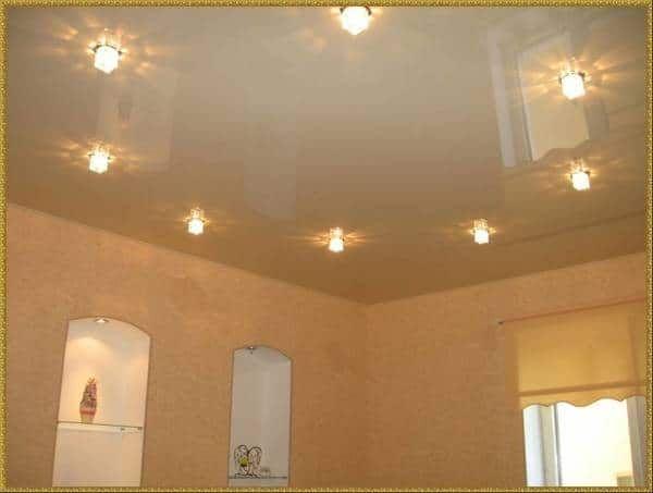 Встроенные светильники в натяжном потолке.