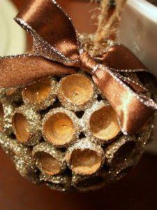 Выполнение шариков с декором из шляпок желудей