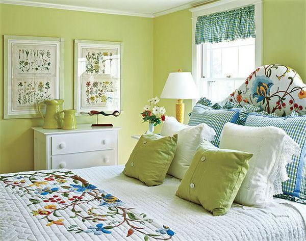 Спальня кантри в зелёно-белом цвете.