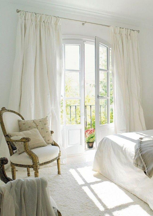 Белые шторы в интерьере спальни