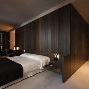 Кровать в спальне минимализма