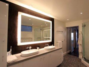 использования зеркала с подсветкой в ванную комнату