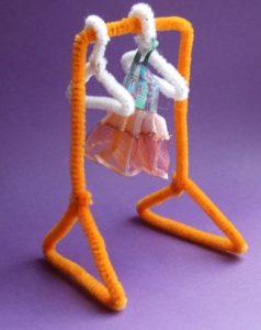 как собрать вешалку для куклы