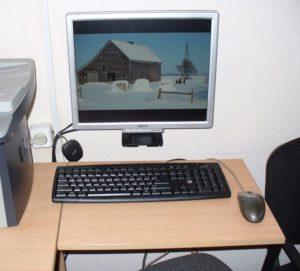 монитор на стене